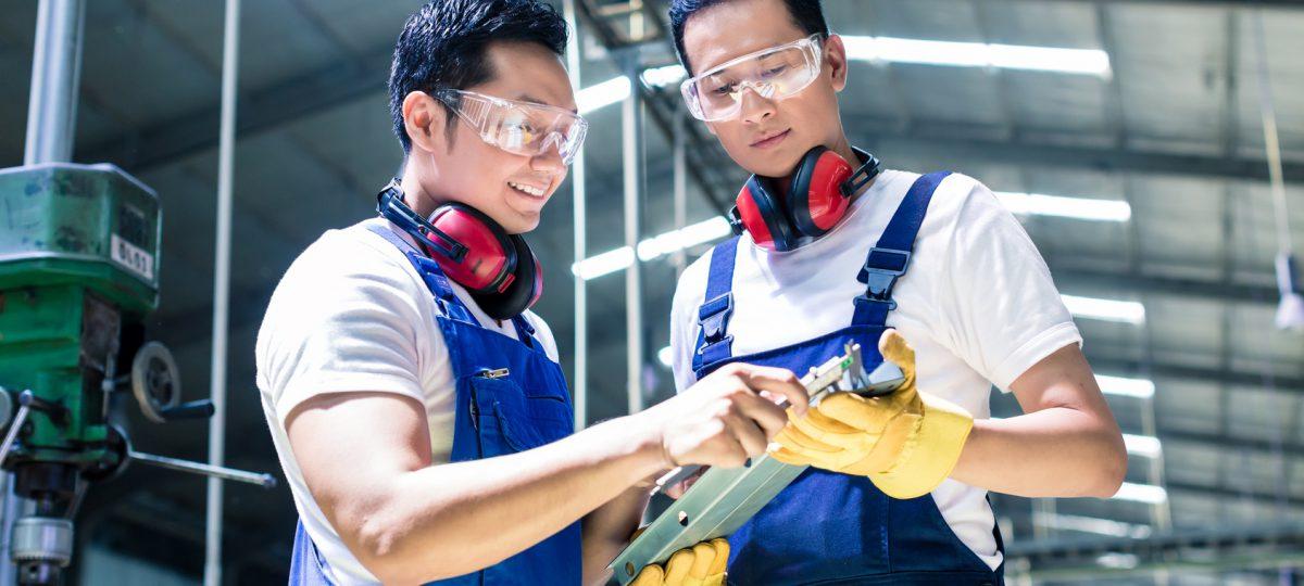 pracownicy sprawdzający pomiary
